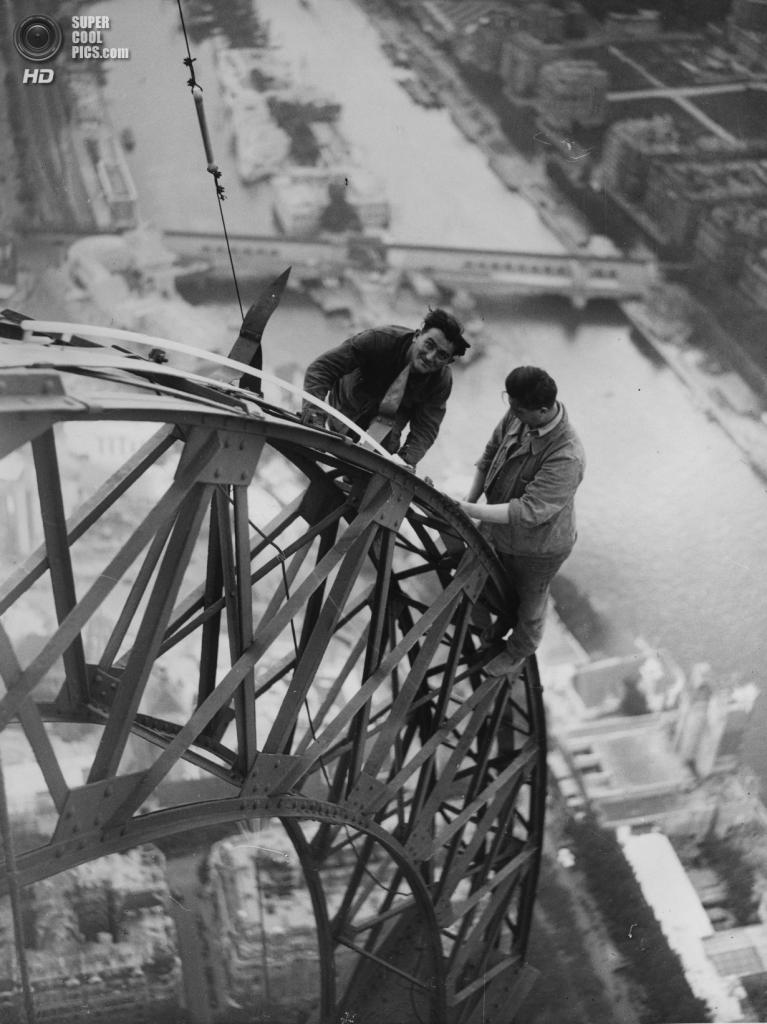 Франция. Париж. Эйфелева башня. 1937 год. (Horace Abrahams/Getty Images)