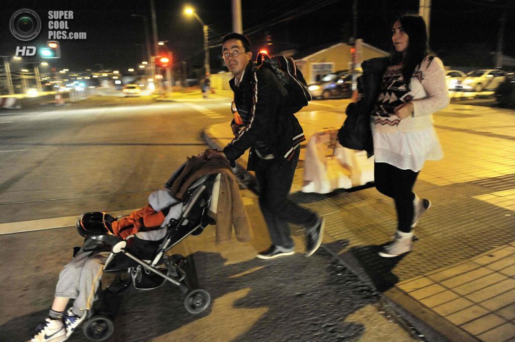 Чили. Талькауано, Био-Био. 2 апреля. Местные жители спешат уехать из города после землетрясения магнитудой 8,2 и объявления угрозы цунами. (REUTERS/Jose Luis Saavedra)