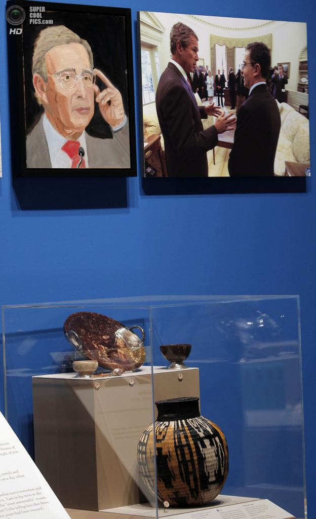 США. Колледж-Стейшен, Техас. 4 апреля. Портрет экс-президента Колумбии Альваро Урибе Велеса на выставке работ экс-президента США Джорджа Буша-младшего «Искусство быть лидером: Личная дипломатия президента». (REUTERS/Brandon Wade)