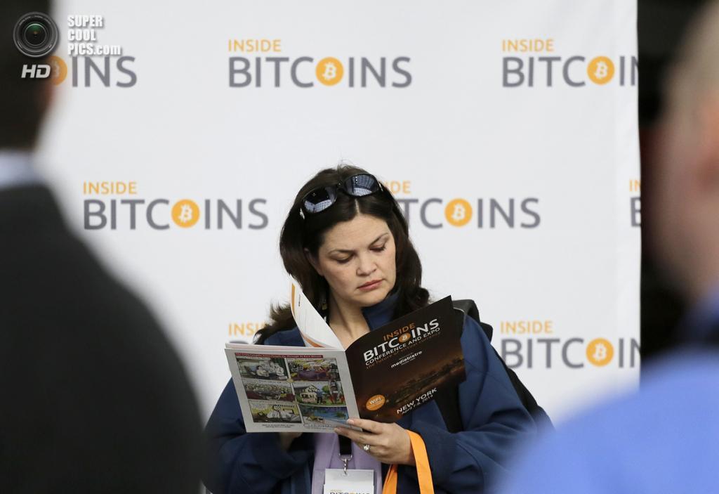 США. Нью-Йорк. 7 апреля. Женщина читает информационный бюллетень. (AP Photo/Mark Lennihan)