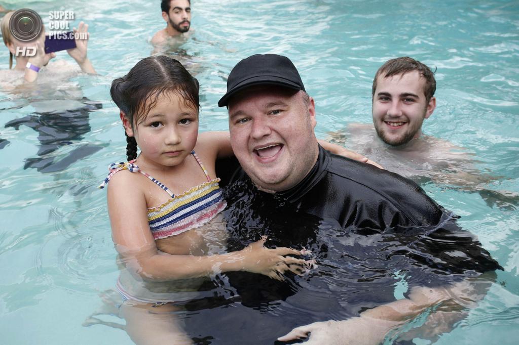 Новая Зеландия. Коутсвилл, Окленд. 13 апреля. Ким Дотком с дочерью Кайло. (REUTERS/Nigel Marple)