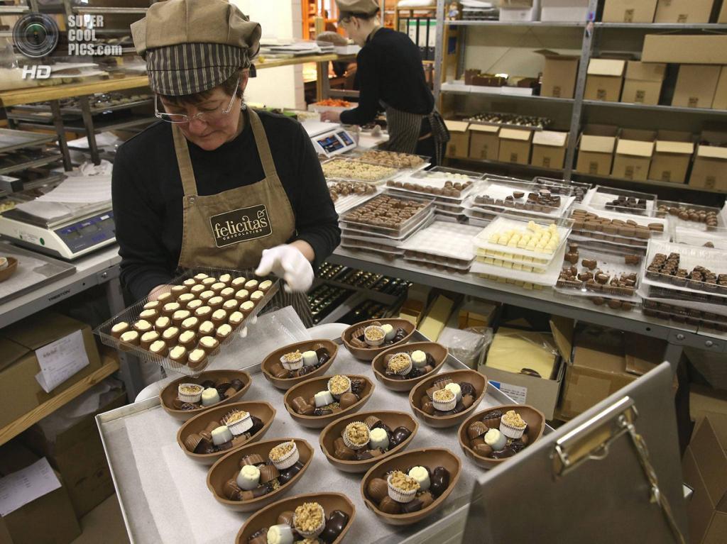 Германия. Хорнов-Вадельсдорф, Бранденбург. 9 апреля. На шоколадной фабрике Confiserie Felicitas. (Sean Gallup/Getty Images)