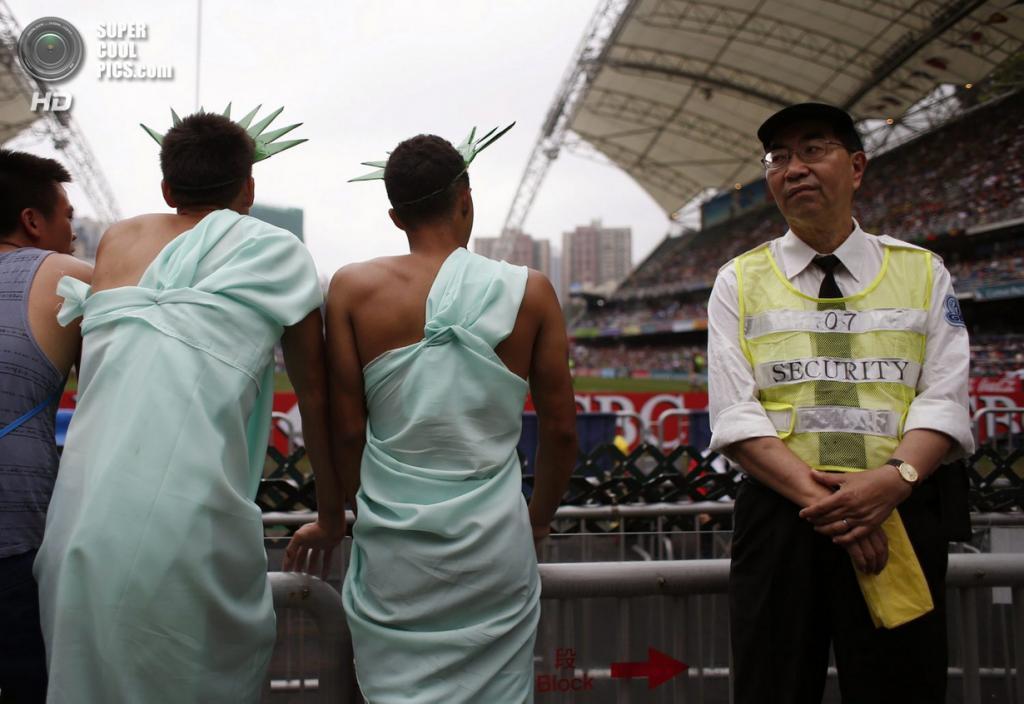 Китай. Гонконг. 29 марта. Фанаты Гонконгского турнира по регби-7. (REUTERS/Bobby Yip)