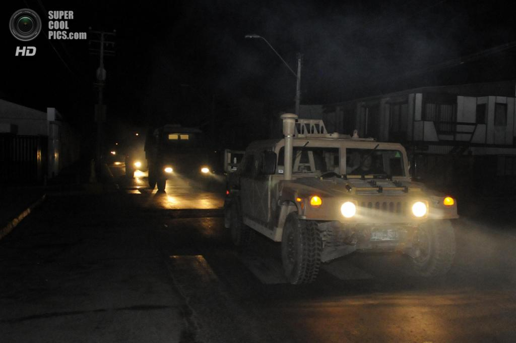 Чили. Икике, Тарапака. 2 апреля. Военные патрулируют улицы города после землетрясения магнитудой 8,2 и объявления угрозы цунами. (AP Photo/Cristian Viveros)
