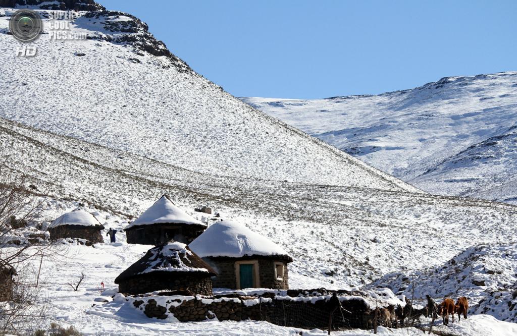 Лесото. Макопанонг, Мокотлонг. 31 июля 2011 года. Покрытая снегом деревня — редкое зрелище в Африке. (REUTERS/Matthew Tostevin)
