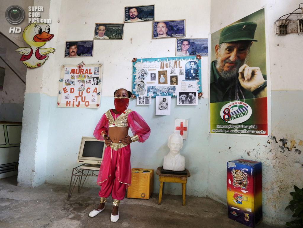 Куба. Гавана. 4 апреля. Второклассница Инна Гонсалес в костюме турецкой танцовщицы на праздновании 52-й годовщины основания Коммунистического союза молодёжи и 53-й годовщины основания Пионерской организации имени Хосе Марти. (REUTERS/Enrique De La Osa)