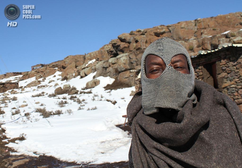 Лесото. Летсенг, Мокотлонг. 31 июля 2011 года. Местный житель у алмазной копи, принадлежащей Gem Diamonds. (REUTERS/Matthew Tostevin)