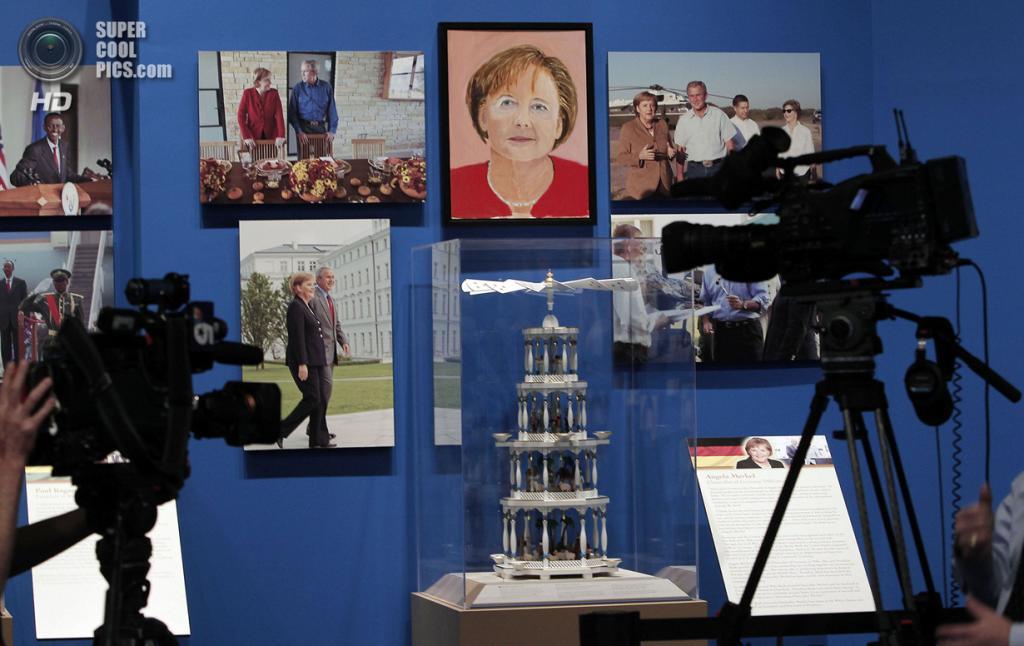 США. Колледж-Стейшен, Техас. 4 апреля. Портрет канцлера Германии Ангелы Меркель на выставке работ экс-президента США Джорджа Буша-младшего «Искусство быть лидером: Личная дипломатия президента». (REUTERS/Brandon Wade)