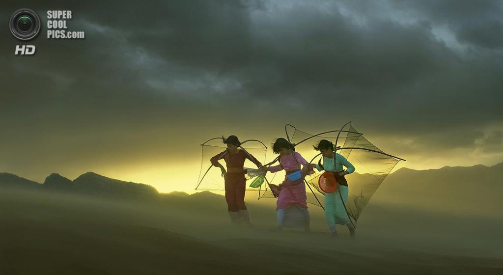 Сильный ветер сбивает с ног девушек во Вьетнаме. (Nguyen Bao Son/Smithsonian.com)