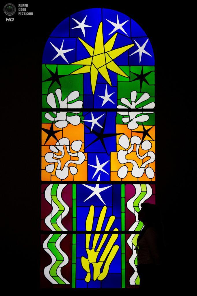 Великобритания. Лондон. 14 апреля. Витраж «Nuit de Noël» Анри Матисса в галерее «Тейт Модерн». (LEON NEAL/AFP/Getty Images)