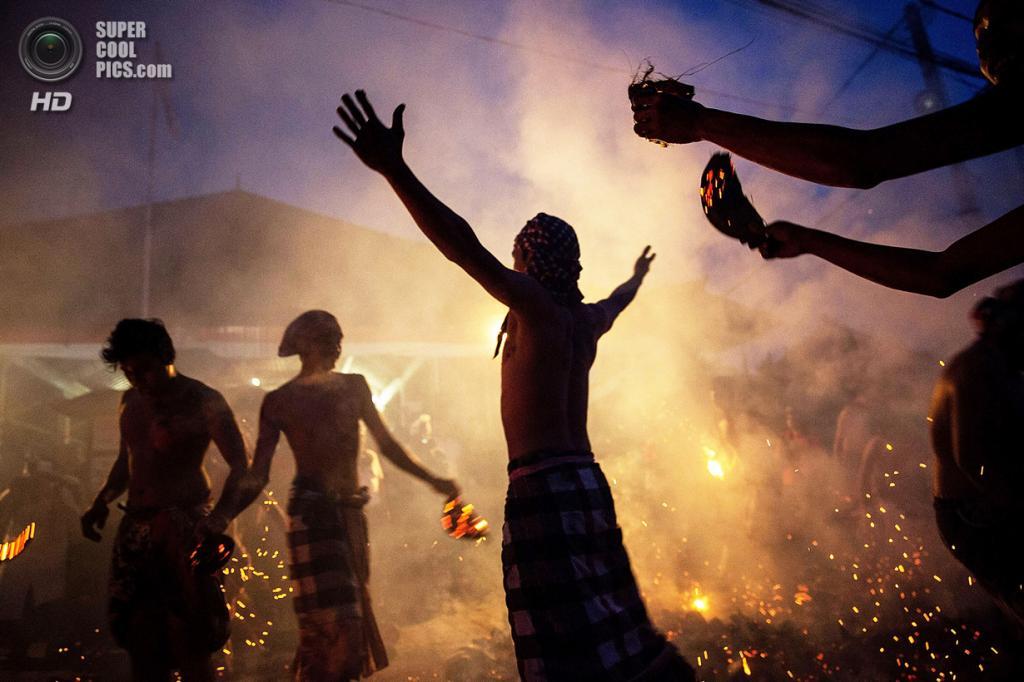 Индонезия. Гианьяр, Бали. 30 марта. Месабатан-Апи — ритуальное очищение огнём накануне праздника Ньепи. (Agung Parameswara/Getty Images)