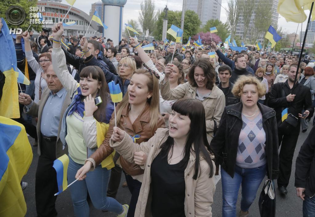 Украина. Донецк. 28 апреля. Во время проукраинского ралли — шествия за единую Украину. (AP Photo/Efrem Lukatsky)