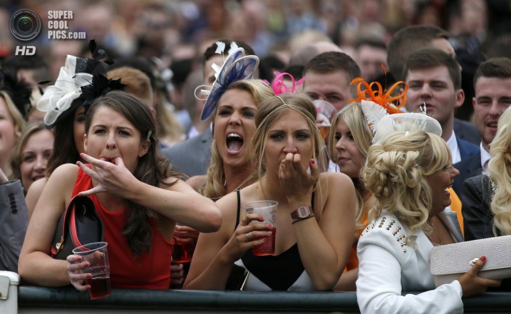 Великобритания. Эйнтри, Мерсисайд, Англия. 4 апреля. Женский день на скачках Grand National. (REUTERS/Russell Cheyne)