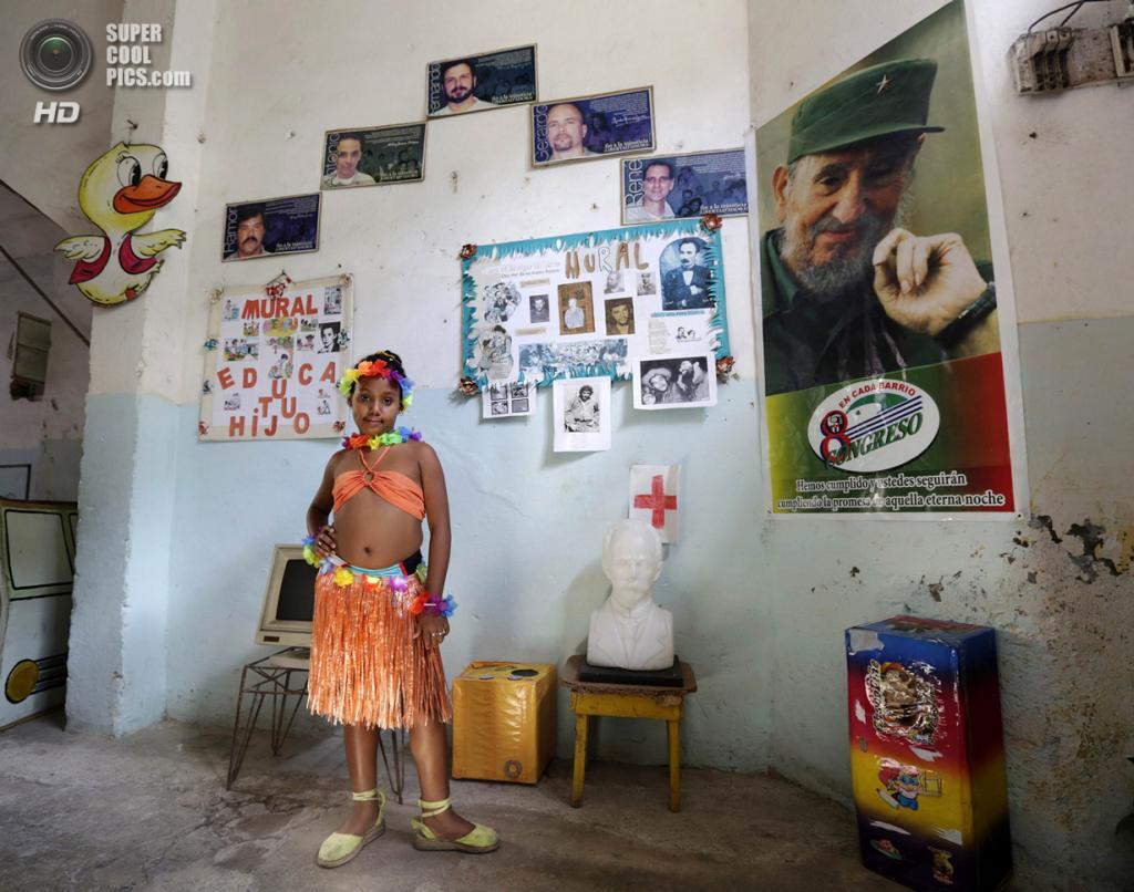 Куба. Гавана. 4 апреля. Третьеклассница Ана Фернандес в костюме гавайской танцовщицы на праздновании 52-й годовщины основания Коммунистического союза молодёжи и 53-й годовщины основания Пионерской организации имени Хосе Марти. (REUTERS/Enrique De La Osa)