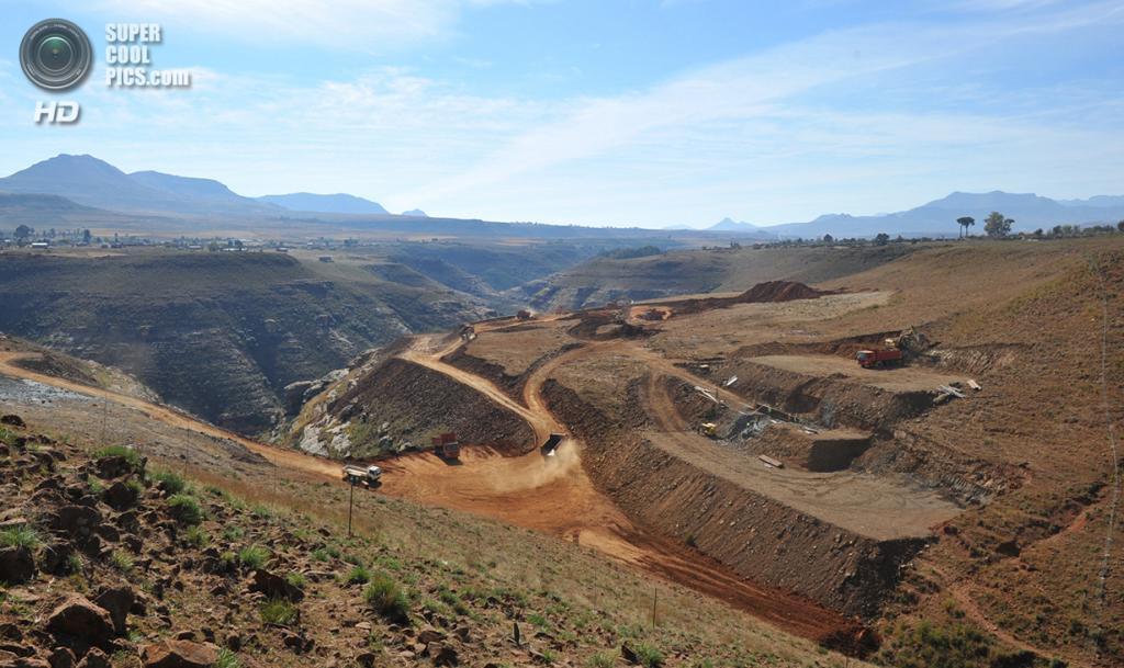 Лесото. Метолонг, Масеру. 24 мая 2012 года. Китайская строительная компания Sinohydro сооружает плотину. (Alexander Joe/AFP/Getty Images)