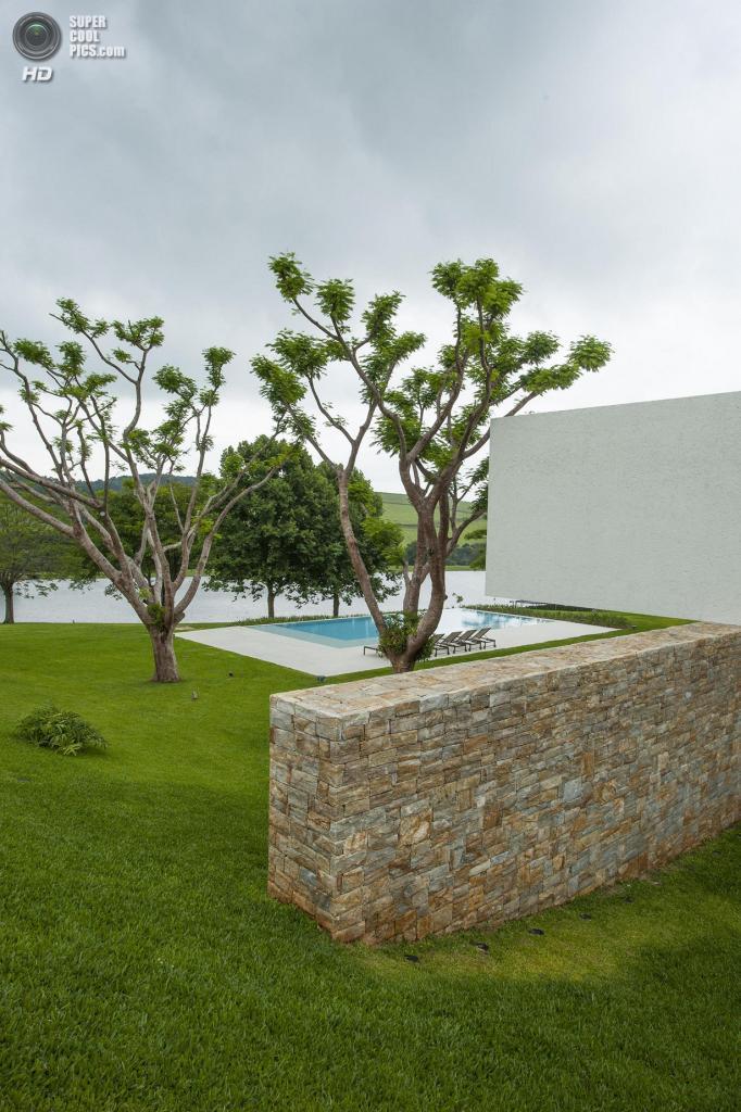 Бразилия. Итатиба, Сан-Паулу. Частный дом, спроектированный Rocco Vidal P+W. (Tuca Reinés)