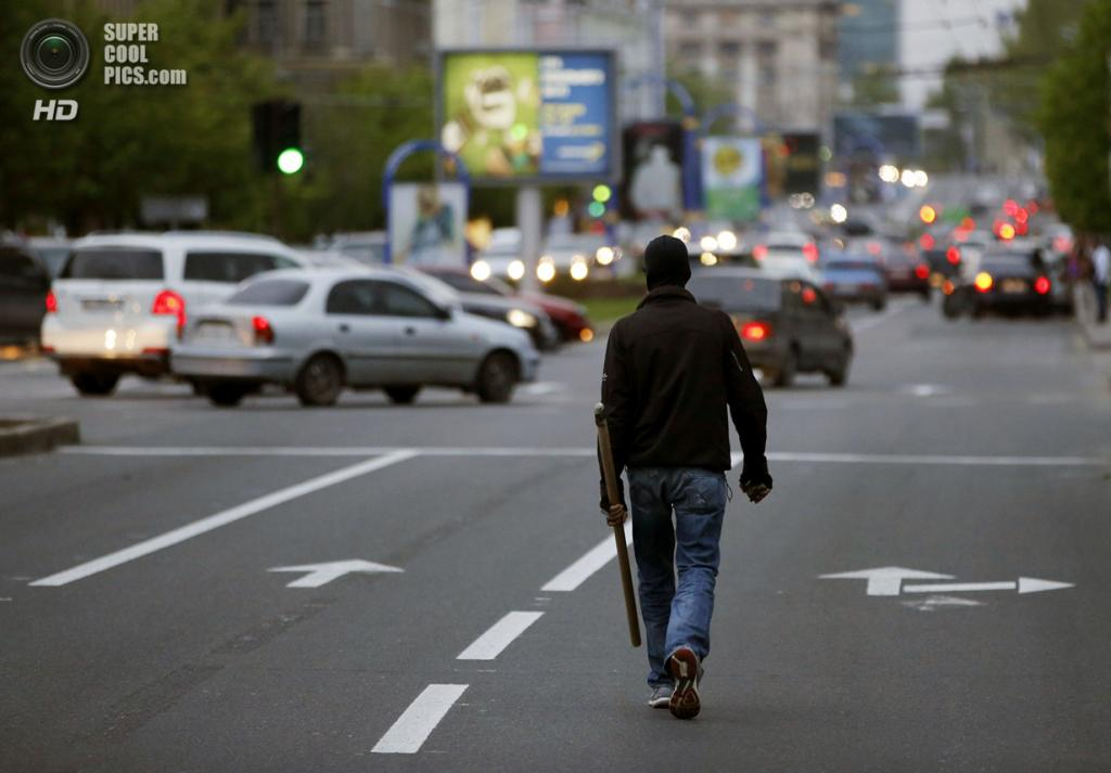 Украина. Донецк. 28 апреля. Пророссийский активист. (REUTERS/Marko Djurica)