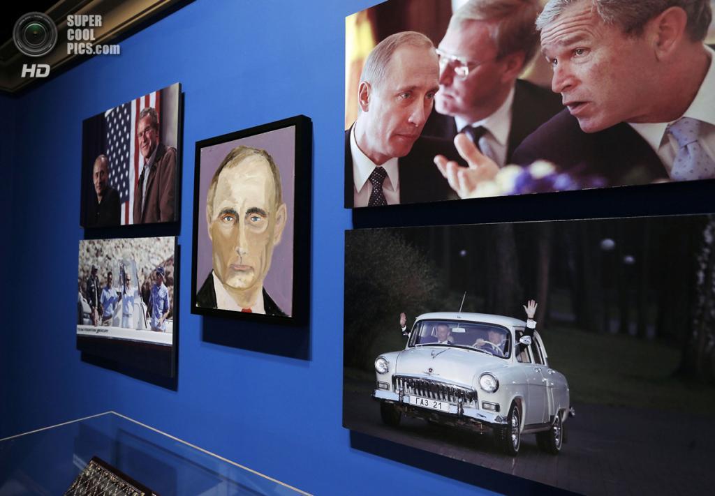 США. Колледж-Стейшен, Техас. 4 апреля. Портрет президента РФ Владимира Путина на выставке работ экс-президента США Джорджа Буша-младшего «Искусство быть лидером: Личная дипломатия президента». (REUTERS/Brandon Wade)