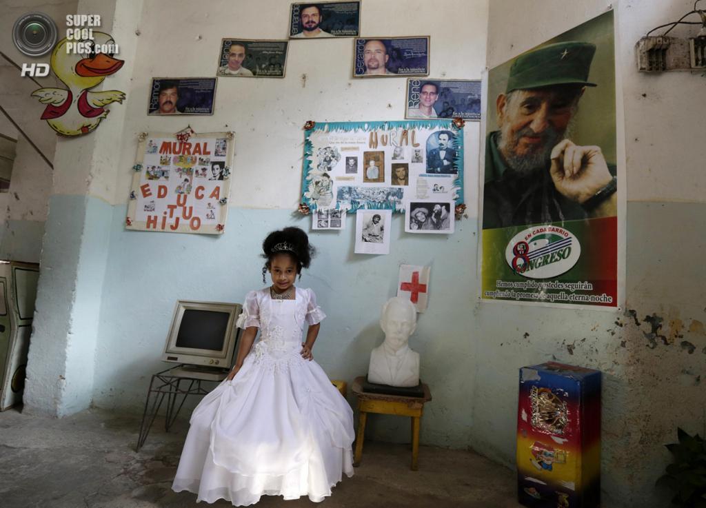 Куба. Гавана. 4 апреля. Дошкольница Арлени Вильяр в костюме принцессы на праздновании 52-й годовщины основания Коммунистического союза молодёжи и 53-й годовщины основания Пионерской организации имени Хосе Марти. (REUTERS/Enrique De La Osa)