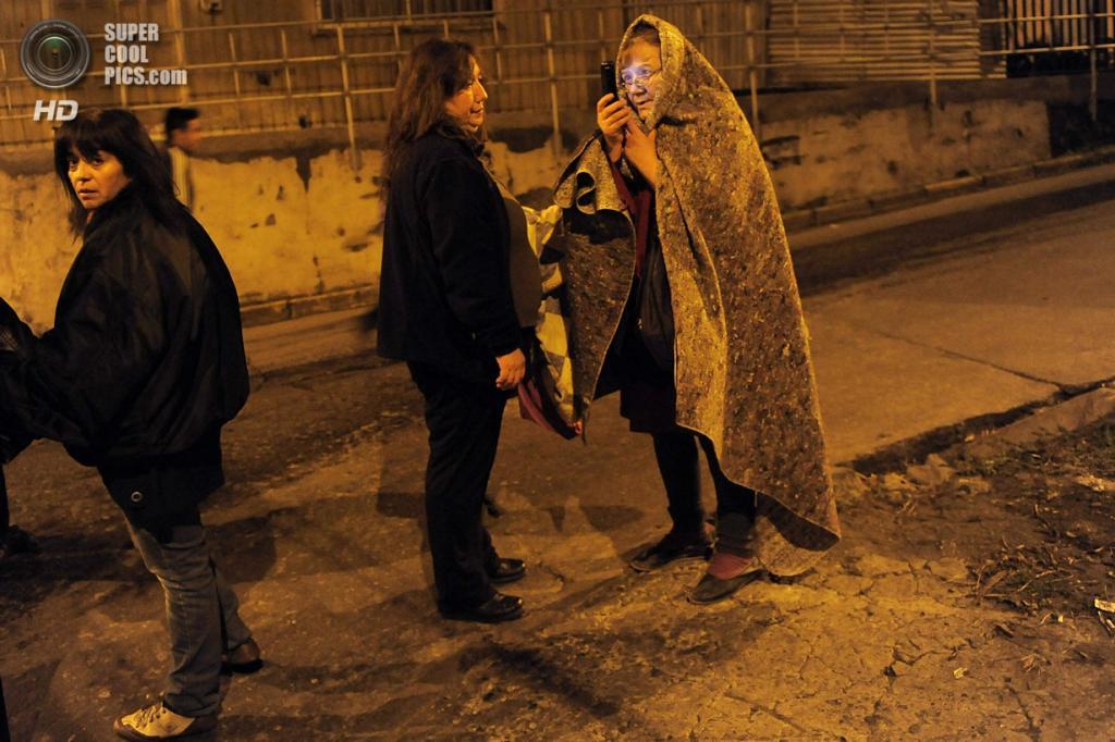 Чили. Талькауано, Био-Био. 2 апреля. Местные жители в ожидании эвакуации после землетрясения магнитудой 8,2 и объявления угрозы цунами. (REUTERS/Jose Luis Saavedra)