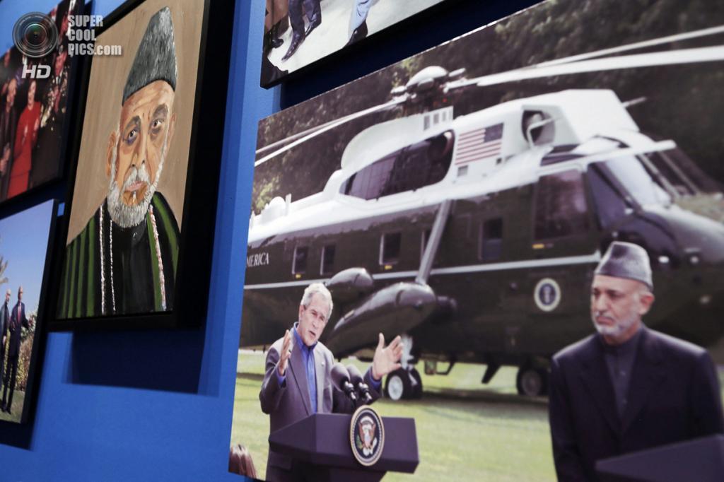 США. Колледж-Стейшен, Техас. 4 апреля. Портрет президента Афганистана Хамида Карзая на выставке работ экс-президента США Джорджа Буша-младшего «Искусство быть лидером: Личная дипломатия президента». (REUTERS/Brandon Wade)