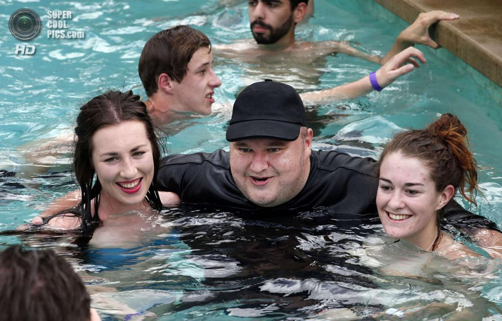 Новая Зеландия. Коутсвилл, Окленд. 13 апреля. Ким Дотком фотографируется со своими поклонницами. (REUTERS/Nigel Marple)