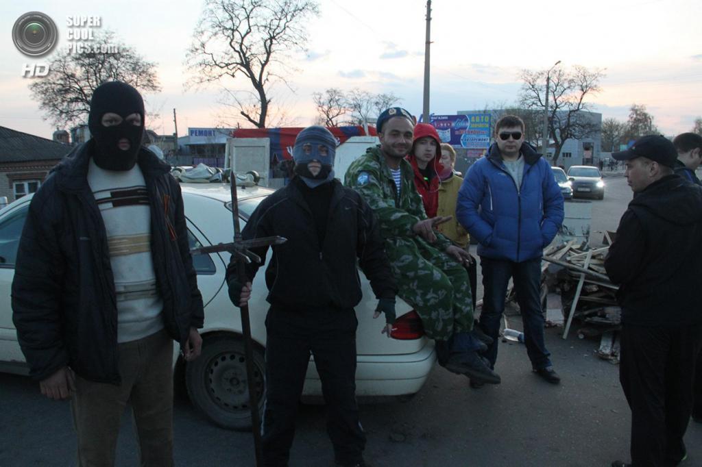 Украина. Краматорск, Донецкая область. 15 апреля. Пророссийские активисты в городе. (AP Photo/Alexander Ermochenko)