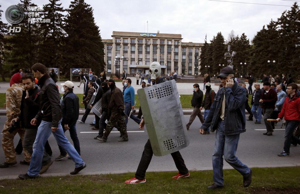 Украина. Донецк. 28 апреля. Пророссийские активисты направляются в сторону проукраинского ралли. (REUTERS/Marko Djurica)