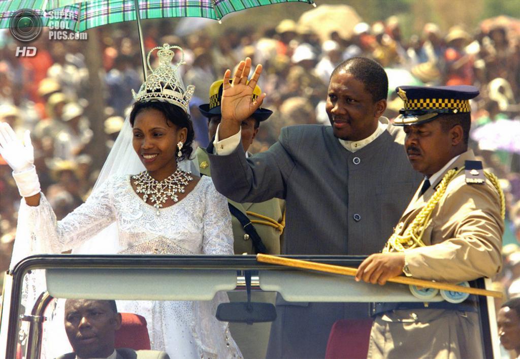 Лесото. Матсиенг, Масеру. 20 февраля 2000 года. Король Летсие III и его возлюбленная Карабо Мотсоененг. (Reuters)
