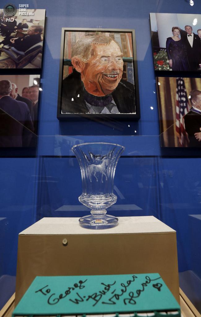 США. Колледж-Стейшен, Техас. 4 апреля. Портрет экс-президента Чехии Вацлава Гавела на выставке работ экс-президента США Джорджа Буша-младшего «Искусство быть лидером: Личная дипломатия президента». (REUTERS/Brandon Wade)