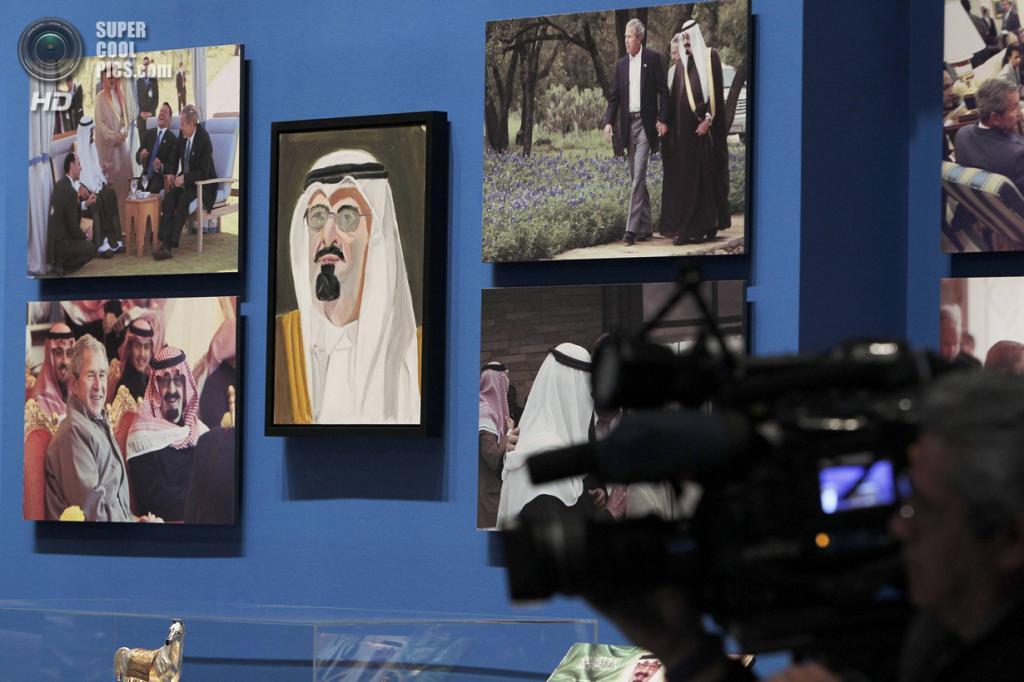 США. Колледж-Стейшен, Техас. 4 апреля. Портрет короля Саудовской Аравии Абдаллы ибн Абделя Азиза Аль Сауда на выставке работ экс-президента США Джорджа Буша-младшего «Искусство быть лидером: Личная дипломатия президента». (REUTERS/Brandon Wade)