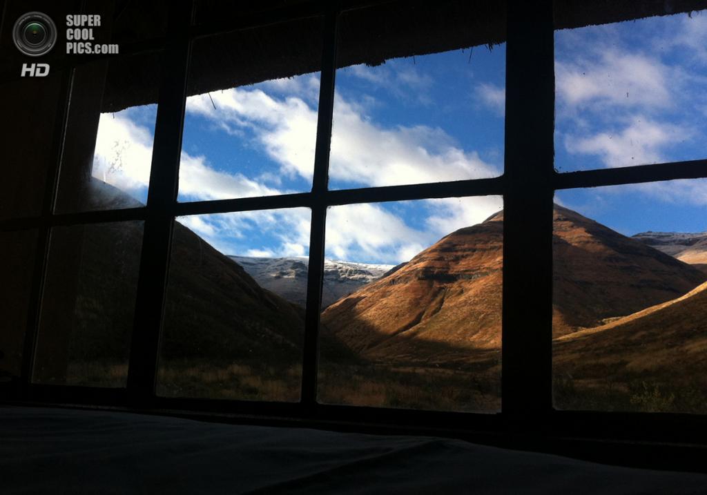 Лесото. Лерибе. Одинокий дом в Драконовых горах. (Graham Maclachlan)