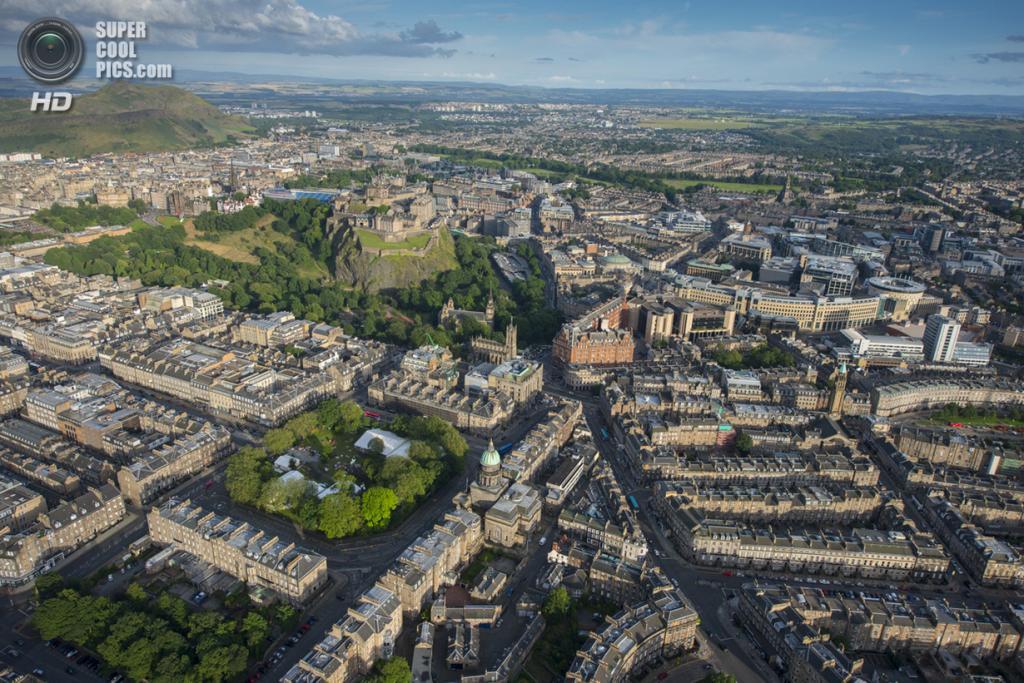 Великобритания. Эдинбург, Шотландия.  Эдинбургский замок на на Замковой скале. (Jason Hawkes)