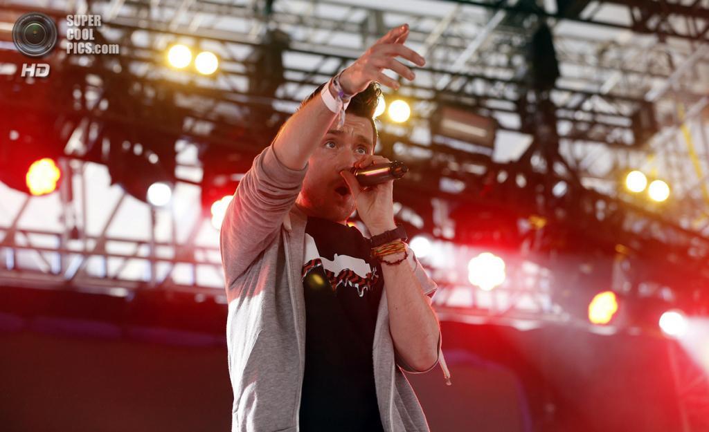 США. Индио, Калифорния. 11 апреля. Выступление группы Bastille. (REUTERS/Mario Anzuoni)