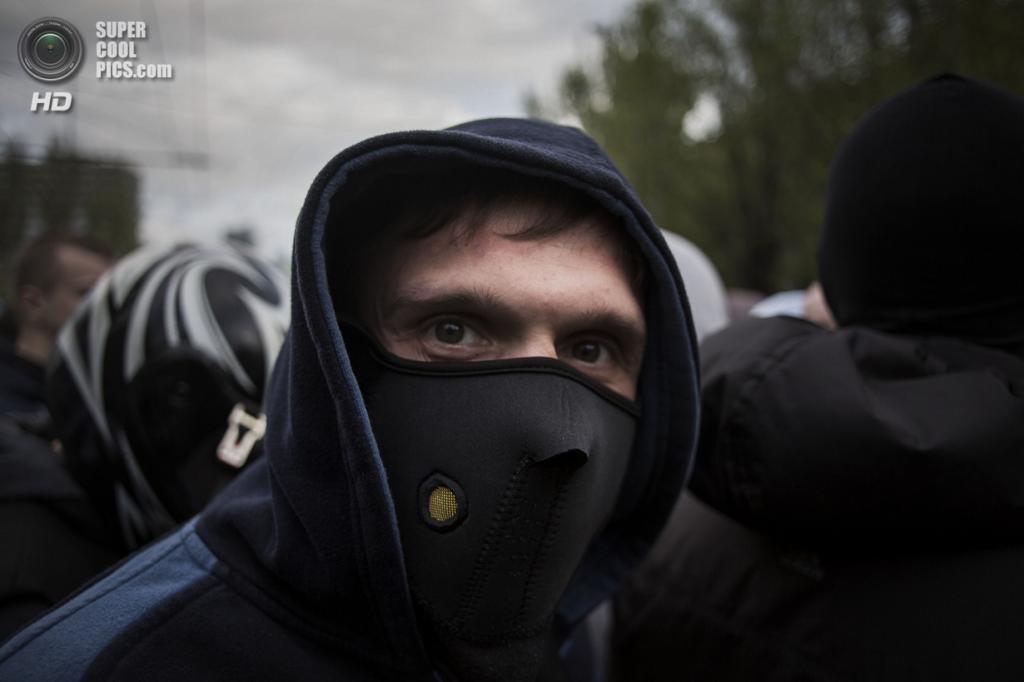Украина. Донецк. 28 апреля. Проукраинский активист в маске крупным планом. (AP Photo/Manu Brabo)