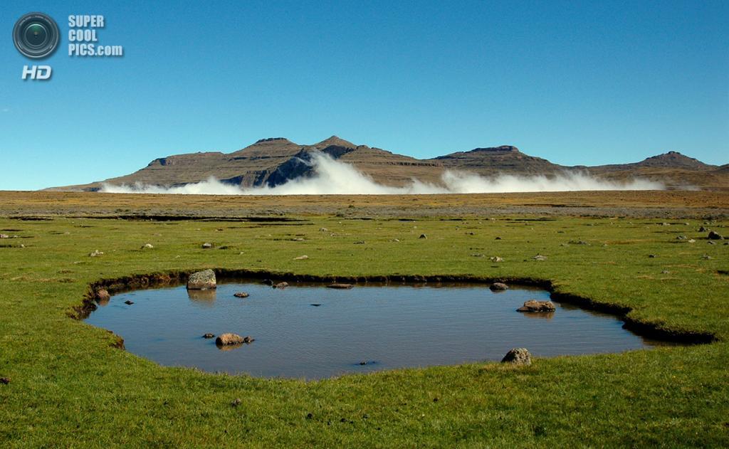 Лесото. Цгутинг. Вид на Драконовы горы над уровнем облаков. (Tom Adams)