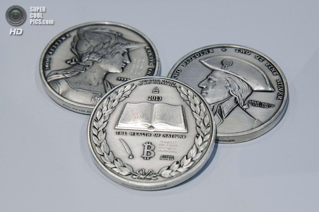 США. Нью-Йорк. 8 апреля. Серебряные монеты с выгравированной криптографической информацией об электронных Bitcoin. (REUTERS/Lucas Jackson)