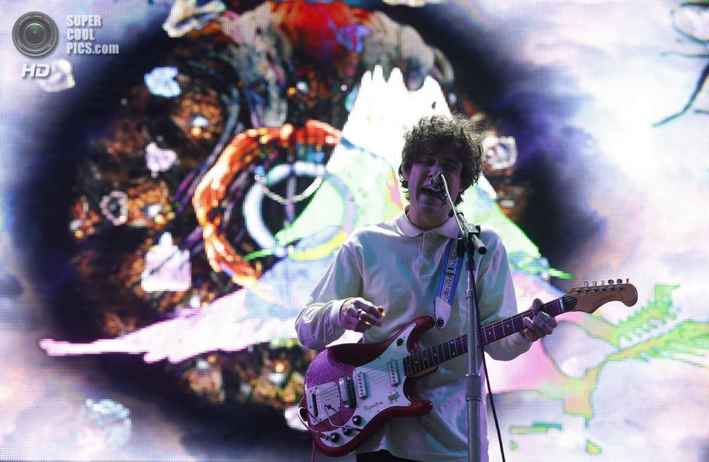 США. Индио, Калифорния. 12 апреля. Выступление группы MGMT. (REUTERS/Mario Anzuoni)
