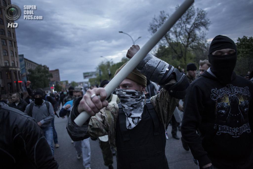 Украина. Донецк. 28 апреля. Пророссийские активисты. (AP Photo/Manu Brabo)