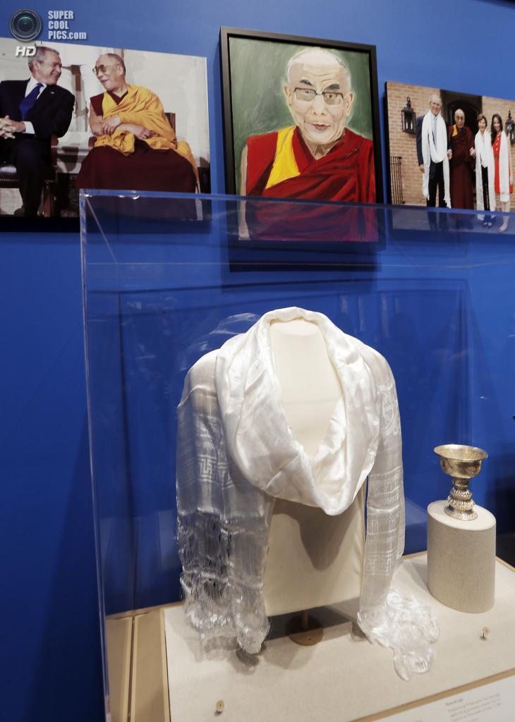 США. Колледж-Стейшен, Техас. 4 апреля. Портрет духовного лидера буддистов Далай-ламы XIV на выставке работ экс-президента США Джорджа Буша-младшего «Искусство быть лидером: Личная дипломатия президента». (REUTERS/Brandon Wade)