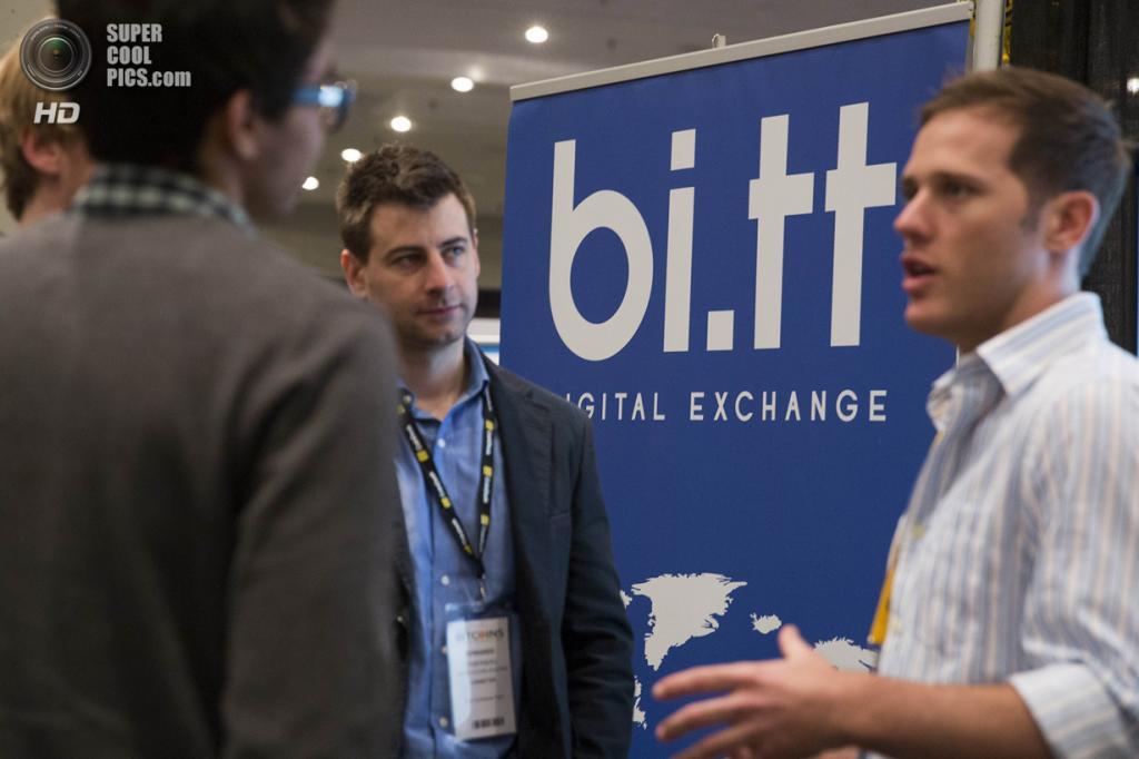 США. Нью-Йорк. 8 апреля. Представитель компании bi.tt объясняет, как использовать Bitcoin. (REUTERS/Lucas Jackson)
