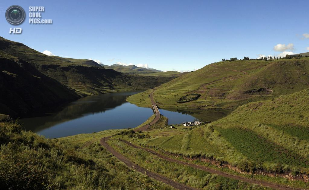 Лесото. Катсе, Таба-Цека. 17 февраля 2010 года. Искусственное озеро за плотиной Катсе — второе по величине в Африке. (Gianluigi Guercia/AFP/Getty Images)