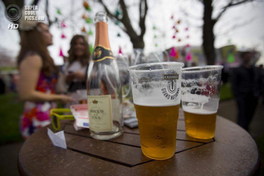 Великобритания. Эйнтри, Мерсисайд, Англия. 4 апреля. Женский день на скачках Grand National. (AP Photo/Jon Super)