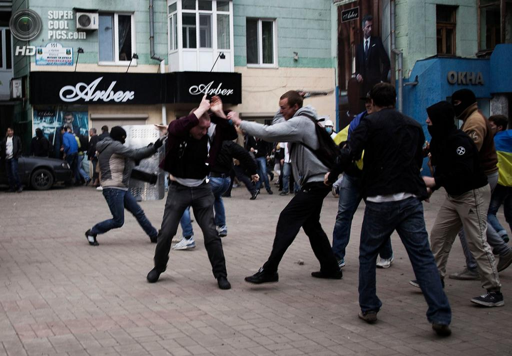 Украина. Донецк. 28 апреля. Во время стычки проукраинских и пророссийских активистов. (REUTERS/Manu Brabo)