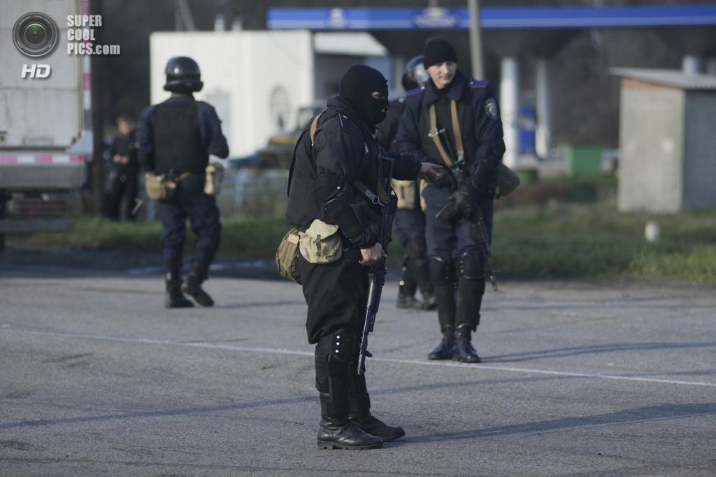 Украина. Изюм, Харьковская область. 15 апреля. Украинские солдаты на блокпосте. (REUTERS/Maks Levin)