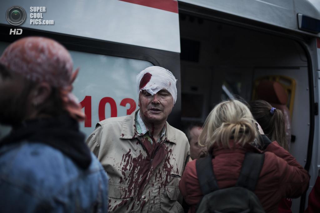 Украина. Донецк. 28 апреля. Проукраинский активист с пробитой головой после стычки. (AP Photo/Manu Brabo)