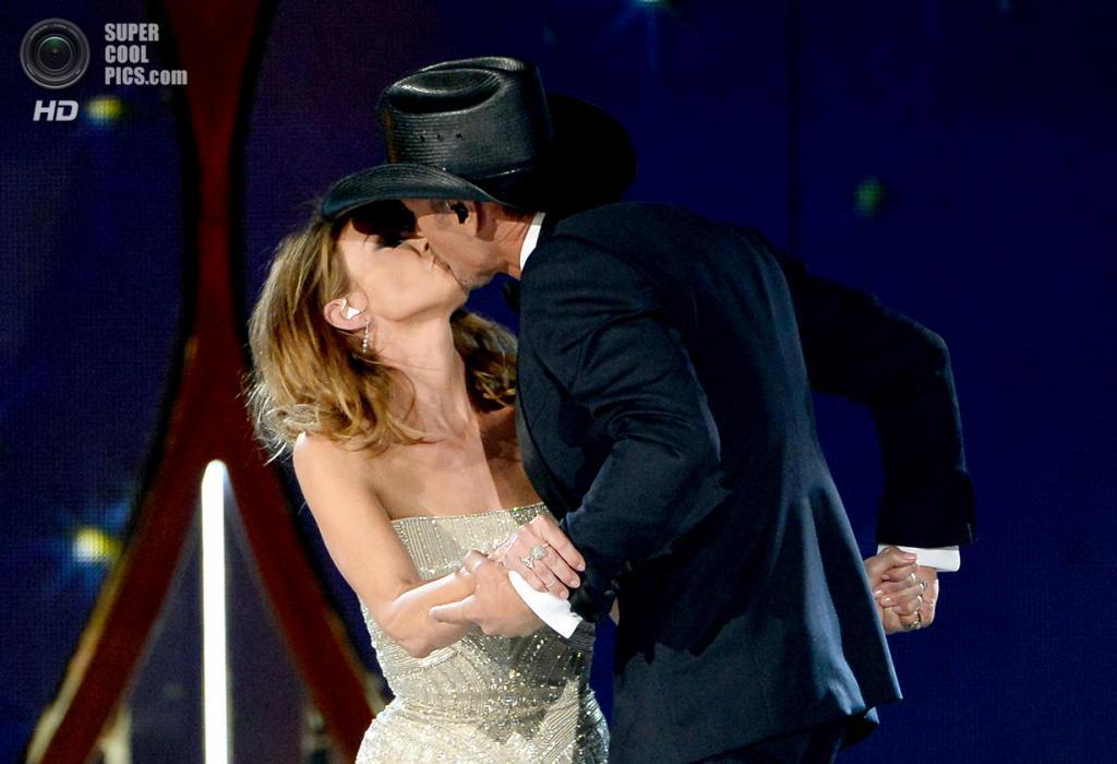 США. Лас-Вегас, Невада. 6 апреля. Поцелуй Фэйт Хилл и Тима Макгро на церемонии вручения премии ACM Awards 2014. (Ethan Miller/Getty Images)