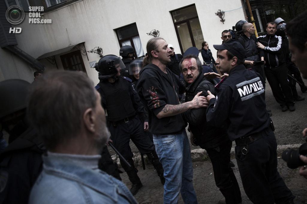 Украина. Донецк. 28 апреля. Милиционеры пытаются усмирить противоборствующие стороны. (AP Photo/Manu Brabo)