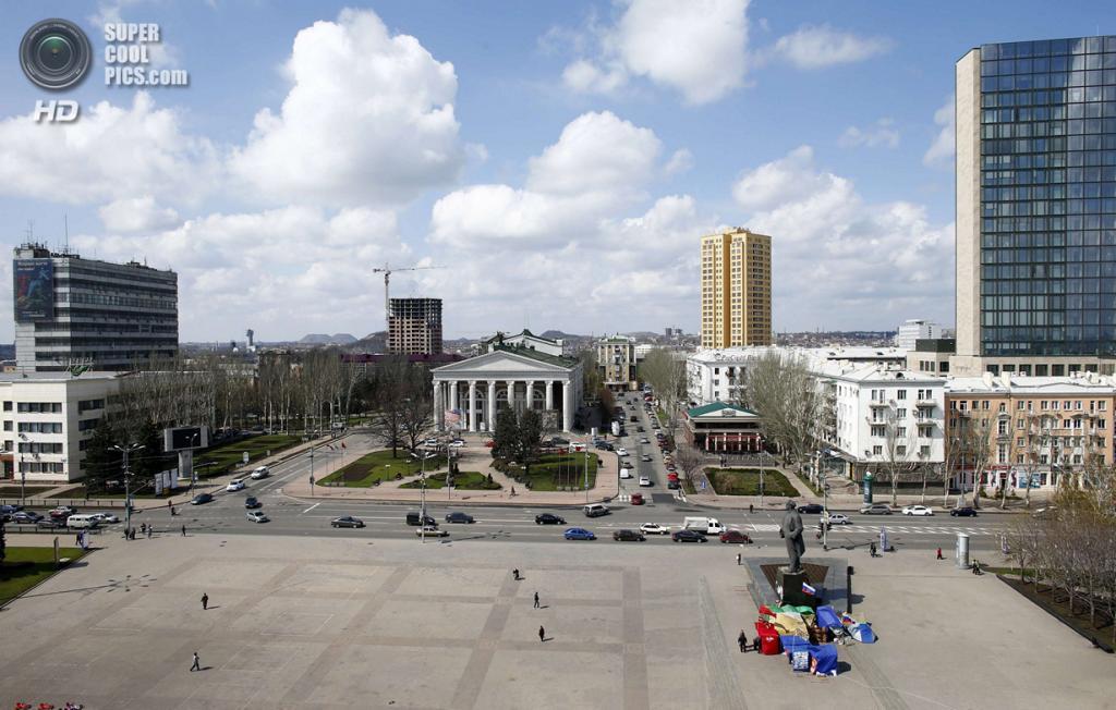Украина. Донецк. 15 апреля. Общий вид на площадь Ленина. (REUTERS/Marko Djurica)