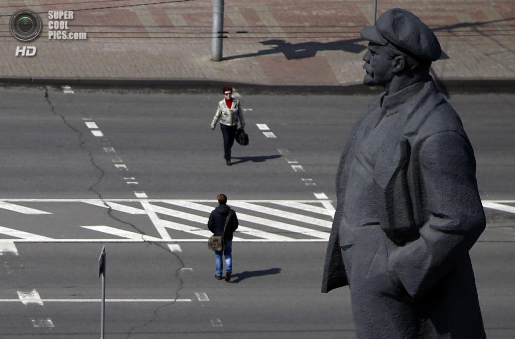 Украина. Донецк. 15 апреля. Горожане переходят улицу у площади Ленина. (REUTERS/Marko Djurica)